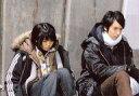 【中古】生写真(男性)/俳優 岡本玲(朝槻憐)・中山麻聖(七緒修司)/横型・膝上・座り・衣装黒・目線下/映画「憐 Ren」物販生写真