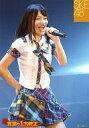 【中古】生写真(AKB48・SKE48)/アイドル/SKE48 山下ゆかり/ライブフォト・膝上・衣装白・スカート・チェック柄・右手腰・左手マイク/「真夏の上方修正」Liveショット