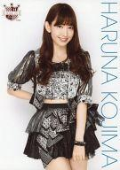 【中古】生写真(AKB48・SKE48)/アイドル/AKB48 小嶋陽菜/膝上・衣装黒・右手腰・左手下/AKB48 CAFE & SHOP(カフェ&ショップ)限定A4サイズ生写真ポスター