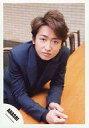 【中古】生写真(ジャニーズ)/アイドル/嵐 嵐/大野智/上半身・衣装青・両手前・テーブルの上/公式生写真