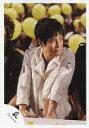 【中古】生写真(ジャニーズ)/アイドル/嵐 嵐/二宮和也/上半身・衣装白・両手下・目線右・後ろに風船黄色/公式生写真