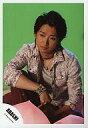 【エントリーでポイント10倍!(9月26日01:59まで!)】【中古】生写真(ジャニーズ)/アイドル/嵐 嵐/大野智/衣装茶色・赤紫・インナー白・座り・右膝立て・顔左向き・背景黄緑/公式生写真