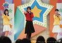 【中古】生写真(AKB48・SKE48)/アイドル/AKB48 下尾みう・中野郁海・人見古都音/横型・全身・衣装赤・黒・黄色・白・左手マイク・右手パー/DVD&Blu-ray「AKB チーム8のブンブン!エイト大放送!」(VPXF-71566/VPBF-14662)特典生写真