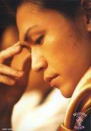 【中古】生写真(男性)/俳優 <strong>城咲仁</strong>(徳平慶伸)/顔アップ・左向き・金色ネクタイ・視線下・右手顔/「美味學院」生写真セット