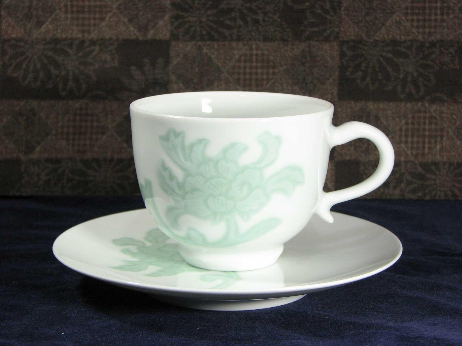 人間国宝 井上萬二作 白磁緑釉牡丹彫文碗皿