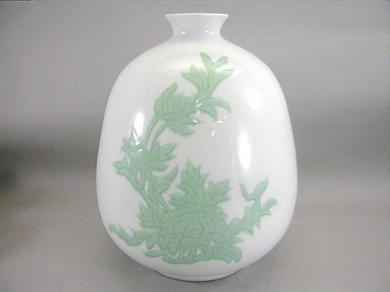 人間国宝 井上萬二作 白磁緑釉牡丹彫文壺 (径 約28cm 高さ約35cm)