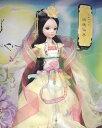 「可儿娃娃」(クーリャン・ドール)は2004年の設立以来、中国で数々の賞を受賞し、2011年には広東省の「著名商標」に登録された中国オリジナル高級人形です。中国のバービーなどと呼ばれ、特に中国の民族的な特徴を出した人形シリーズが有名で、欧米などの海外で大変人気が有ります。嫦娥(じょうが)伝説は、人を好きになり、地上に下りたため不死でなくなってしまったことを嘆いた仙女が、夫が西王母からもらい受けた不死の薬を盗んで飲み、月に逃げて蝦蟇になったと言うものです。地上に残された夫は離れ離れになった嫦娥をより近くで見るために月に向かって供え物をしたのが、月見の由来だと言われています。道教では嫦娥を月神とみなし、「太陰星君」と呼び、中秋節にこれを祀っています。 本商品は可儿娃娃(クーリャン・ドール)「中国神話」シリーズ、月の女神【嫦娥仙子】です。長いまつげで伏し目がちな、どことなく憂いを帯びた表情のドールです。1/6 中華人形 「中国神話・嫦娥仙子」、1/6サイズ=全長約25cm前後