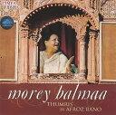 ■morey balmaa - Thumris by Afroz Banoの詳細ブランドTimes Music商品詳細AudioCD1枚。普通のCDプレーヤーで視聴可能インド商品について弊社では「現地の雰囲気をそのまま伝える」というコンセプトのもと、現地で売られている商品を日本向けにアレンジせず、そのまま輸入・販売しております。日本人の視点で商品を検品しておりますが、インドならではの風合いや作りのものもございます。全く文化の異なる異国から来た商品とご理解ください。アーティスト、俳優Afroz Bano アーティスト:アフロズ・バノ(Afroz Bano):女性ボーカル配送についてあす楽についてcd19世紀に北インドの都市、ラクナウの宮廷で生まれたといわれるトゥムリ(Thumri)と呼ばれる声楽形式を美しく歌い上げる一枚です。トゥムリは数あるインドの声楽形式の中で一番詩的な形式といわれ、主にクリシュナへの信仰、信仰への思い、そして神秘や愛する人との別れなどをメロディに乗せて歌い上げます。 トゥムリは最初はラクナウの宮廷音楽として、カタックダンスなどと一緒に演じられていたのですが、その後バラナシにも伝播し、バラナシ派とラクナウ派が競い合う事によってよりトゥムリがより素晴らしいものになったと伝えられています。 このアルバムはパワフルな歌声を持つ事で知られているトゥムリの素晴らしい歌い手、アフロズ・バノ(Afroz Bano)のライブレコーディング。1000枚以上のインド古典CDのストックがある当店でもアフロズ・バノのアルバムを扱うのはこれが始めてです。ほとんどCDリリースがないアーティストですので、大変貴重な一枚です収録曲一覧1.Balma Nahin Aaye- Tilak Kamod[15:23]2.Nadiya Kinare Moro gaon-Mishra Pilu[11:14]3.Najariya Laagi rahi-Kaushik Dhwani[10:37]4.Kesariya Balam-Mishra Maand[11:23]5.Ho Gayi beriya-Mishra Bhairavi[14:03]