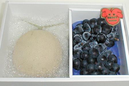 温室 アールスメロン (マスクメロン)「種無し」ピオーネぶどう セット化粧箱高級メロンと大粒たねなしブドウ フルーツギフト 父の日 セットです