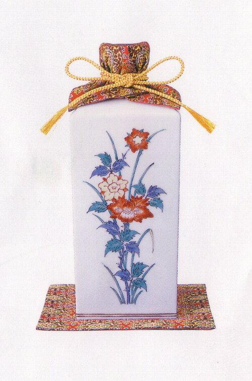 十四代柿右衛門 が 特製豪華賀茂鶴専用 として製作した 色絵磁器 に賀茂鶴の最高峰の造りの 大吟醸雫酒 を封入しました。
