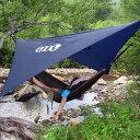 冷たい春の霧雨や夏の焼け付くような日差し保護するタープ