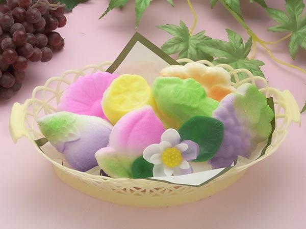 お盆になるとご先祖様に食べ物やお花をお供え物します。お供え物を飾ることは知っていても、なぜ飾るのかという本来の意味を知っている人は少ないのではないでしょうか?今回はお盆にお供えする代表的なものと飾る意味、また処分方法を紹介します。のサムネイル画像