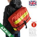 英国の郵便配達員が使用するメッセンジャーバッグ!雑踏の中でも目を惹く鮮やかな赤が特徴的。荷物を運ぶ為の頑丈&大容量な作りで旅行やアウトドア等シーンにマッチ