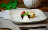 益子焼kinariシリーズ角皿(正方形)タイプ。デザートプレートや盛り皿にも使えます。シャープでかっこいい器です。シンプルでありながら、ナチュラル感もある器です。贈り物としてもおすすめです。
