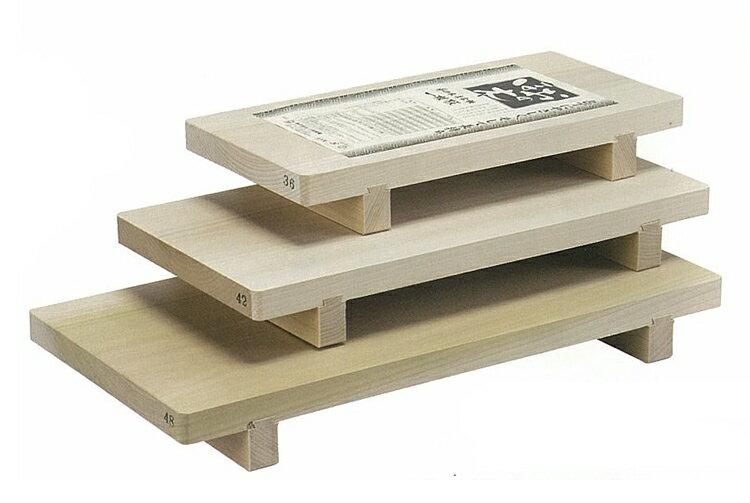 日本製 朴の木(ほおのき)清潔足付まな板(一枚板)中42cm 09052一枚です朴の木は日本刀の鞘に使われるなど油分が豊富で刃物に最適です