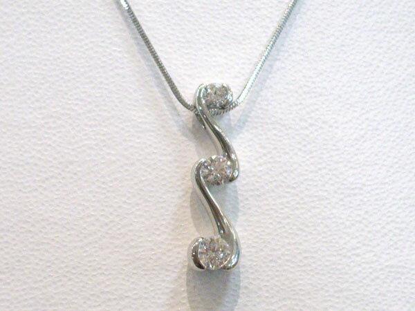 ラザールダイヤモンド 3ストーンネックレス