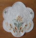 レースドイリー スプリング 25cmジャガード生地に刺繍とカットワークを入れた贅沢な刺繍早春の花のイ