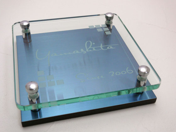 表札 戸建 ガラス プラチナブルーステンレス ガラス彫りタイプ 正方形 150角 二世帯可 書体・レイアウト変更可 校正5回無料 玄関 門柱 モダン かっこいい