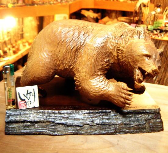えんじゅの木で製作された 熊の木彫りの置物 【いかり熊】