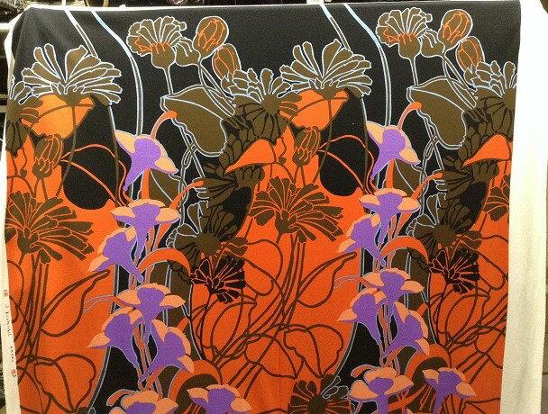 【送料無料】イタリア製輸入生地【LEONALD/レオナール】 10-12 化繊プリントパネル 黒地に濃いオレンジとパープルとブルーの大胆な花柄
