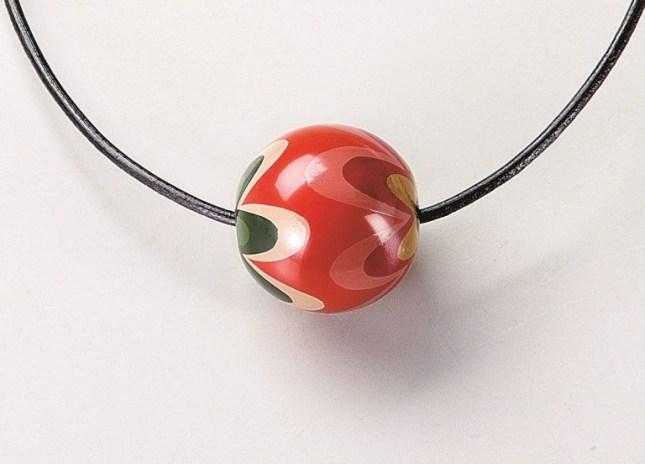 日本製 会津塗 丸玉 ペンダント 洗朱 ふらわあ 花柄デザインの漆器ペンダント