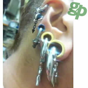 ヒロアキさんの耳のボディピアス写真★ゴールドプレート・フレッシュトンネル/18.0mm(GG)(M)