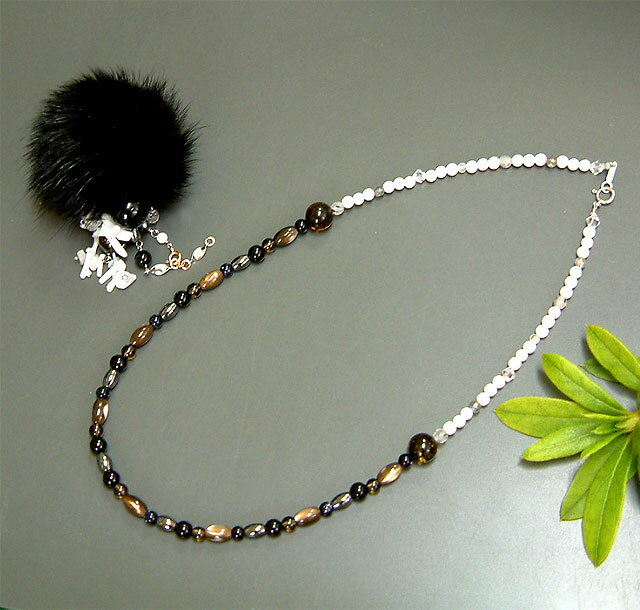 ブラックミンクポンポンボールと大粒黒珊瑚玉、白枝珊瑚のアジャスタブルチェーンリング+ネックレスのセット