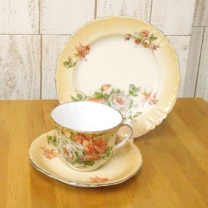 アンティーク食器 メーカー名不明 ティーカップ トリオ ベージュの背景に美しい薔薇