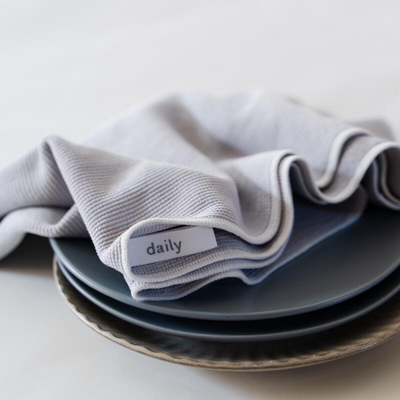 """《2/10 20時再販売》今日使った食器はこれ一枚でピカピカに。水滴をぐんぐん吸いとり、拭きあとも残らない!""""ちょっと大き目の""""dailyオリジナル食器拭きクロス※ご注文状況によっては配送まで最大10営業日ほどかかります"""
