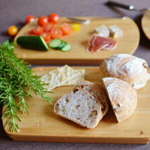 【カッティングボード】パンやチーズなどをテーブルで切り分けて、そのまま盛り付け皿として使いましょう