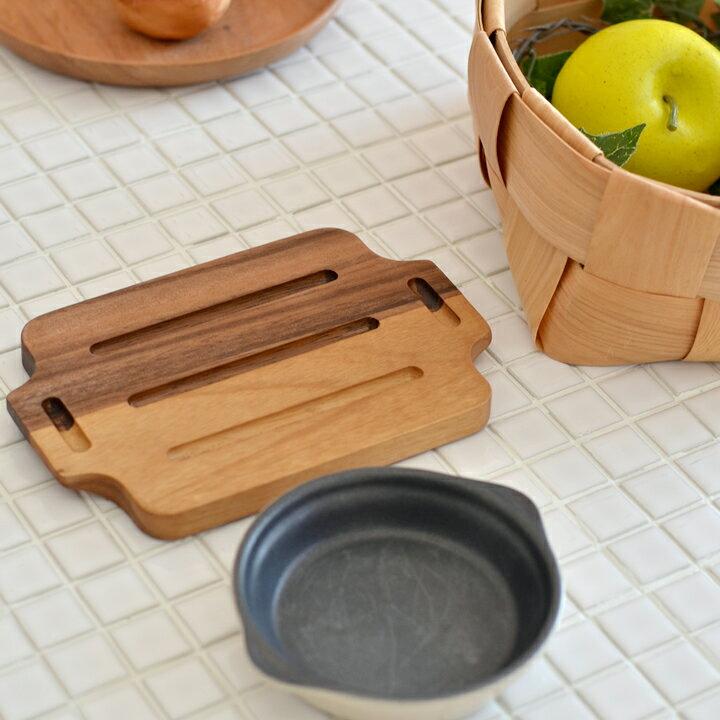 鍋敷きですが、トレイのように使える横長スタイル。1.5㎝の厚みがあるので、熱々のオーブン皿も運べます。アカシア独特の深みのある色合いが素敵な北欧風デザイン。こちらの20㎝のほか、25㎝・28㎝もあります。