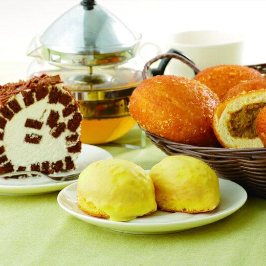 特製ビーフカレーパンとロールケーキ・レモンケーキ