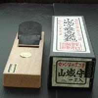 【送料無料!】山城守 鉋 甲包み 白樫油台付 70mm直江山城守兼続ゆかりの地打刃物の町 与板産の最高級品です