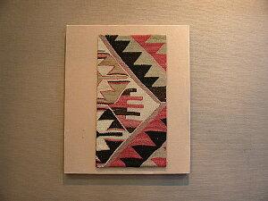 アシメトリックなバランスに赤とオリーブカラーが魅力!デニズリ産OLDキリムアートパネル