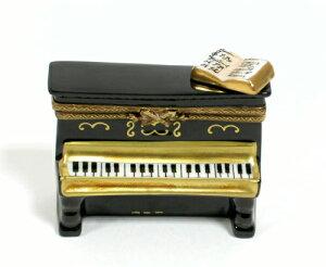 黒いアップライト型ピアノ