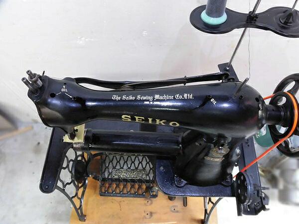 【】「日本製」セイコーSEIKO1本針本縫いローラー押さえ金付き。TE-1型横筒形ミシンアンティークな足踏み式です。「ミシン頭部・テーブル・脚・モーター付きのセットとなります。」