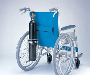 車椅子に取り付けられるのでとても便利!車イス用酸素ボンベキャリアーHP3040KJ-0940-01