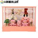 メーカー希望小売価格はメーカーカタログに基づいて掲載していますサイズ:間口48×奥行28.5×高さ35.5(cm)(社)日本人形協会認定 優良店御雛 芥子 木製道具 ピンク オルゴール付商品番号:h283-ts-a9-p全体を可愛らしいピンク色を基調として仕上げた、ケース飾りのお雛様です。お殿様もお雛様もワンランク上の仕上げの本頭を使用しております。殿は、白を基調としパステルカラーで草花をあしらった爽やかな衣裳、姫はケースに合わせたピンクをメインに可愛らしい配色の衣裳を仕立てています。殿姫共に、キラキラとパール調に輝く糸を使用した華やかな衣裳になっております。姫の持つ扇や、御籠、重箱、御所車など、春らしい色で統一した本格的な木製道具も可愛らしいですね。ケース背景には華やかな絵柄に花の刺繍が施されており、お節句のお祝いにぴったりのデザインです。コンパクトなケース飾りは、お手入れの手間も少なく、出し入れも簡単です。雪洞はコード式で灯りが点きます。サイズ:間口48×奥行28.5×高さ35.5(cm)三月初めの巳の日(上巳の節句)、草や紙、木で作った、人の形をした人形(ひとがた)に、自分の厄や災いを移して、川や海に流した「流し雛」という行事がありました。それと、平安時代に宮中で行なわれていたと言われる、お人形遊び(ひいな遊び)とが結びついたのが、現在の「ひなまつり」です。雛人形には、生まれたばかりの子が、災いを避け健やかに育ちますように、という願いが込められています。1つ1つ手作り品のため、お着物の柄の出方やお道具など、一部細工の仕様変更がある場合がございます。あらかじめご了承ください。1.お支払方法は、クレジットカード・銀行振込・ 代金引換(30万円まで)よりお選びいただけます。2.ギフト包装、のし紙、対応できます。注文画面で、お選び下さい。お名前などは備考欄にお書き下さい。3.30000円以上の商品は送料無料です。(一部除外品あり)4.手造り品ですので商品性質上又、さらなる向上 のため仕様変更がある場合がございます。衣装の模様や柄は、同一のお着物を用いておりますが、商品ごとに若干異なる場合がございます。予めご了承くださいませ。5.商品画像はなるべく忠実に撮影しておりますが、モニターなどによって、異なる場合や、また、天然素材を使いますので、木目や風合いは、異なる場合がございます。あらかじめご了承ください。商品は豊富に用意しておりますが、時節により、万一完売の際はご容赦下さいませ。本支店店頭での販売もしておりますので、同時期に完売の可能性もございます。【人形屋ホンポとは】人形屋ホンポは国内を代表する東京浅草橋の人形の久月と人形師(匠夢、横山薫、酒井一翔、光寛、飯塚孝、岡田栄峰、芹川英子、光匠、津田逢生 光園)、顔がいのちの吉徳と人形師(三木康子、岡田ひろみ、小出愛、樋泉直人、清水文平、大久保佳、清水久遊)、フジキ工芸産業をはじめとし、また木目込み人形で国内を代表する金林真多呂、木村一秀、大里彩、柿沼東光、隆山、清月、雅泉、柴田家千代、スキヨ、千匠人形工房、平安優香、平安豊久、平安盛光、幸一光、雛聖、小出松寿、原孝州とともに、京都京人形を代表する安藤桂甫、大橋弌峰、平安雛幸、田中光義、大久保寿峰、清甫などの伝統工芸士らによる、伝統的工芸品をはじめとしたお人形に熊倉聖祥、猪山、健山の手間暇かけたこだわりのお顔と相まって3月3日のお子様の桃の節句の雛まつり(ひなまつり)に心をこめて、初節句のお祝いのお手伝いをさせていただいております。市松人形、いちまさんで有名な公司人形の愛ちゃんをはじめ、お返しにも最適なつるし雛、まり飾りやお名前入れの旗などでさらに楽しい3/3の雛祭りにしませんか。 ひな人形 小さい雛人形 コンパクト ひな人形 雛ケース飾り 親王飾り 御雛 芥子 木製道具 ピンク オルゴール付h283-ts-a9-p全体を可愛らしいピンク色を基調として仕上げた、ケース飾りのお雛様です。お殿様もお雛様もワンランク上の仕上げの本頭を使用しております。殿は、白を基調としパステルカラーで草花をあしらった爽やかな衣裳、姫はケースに合わせたピンクをメインに可愛らしい配色の衣裳を仕立てています。殿姫共に、キラキラとパール調に輝く糸を使用した華やかな衣裳になっております。姫の持つ扇や、御籠、重箱、御所車など、春らしい色で統一した本格的な木製道具も可愛らしいですね。ケース背景には華やかな絵柄に花の刺繍が施されており、お節句のお祝いにぴったりのデザインです。コンパクトなケース飾りは、お手入れの手間も少なく、出し入れも簡単です。雪洞はコード式で灯りが点きます。サイズ:間口48×奥行28.5×高さ35.5(cm)三月初めの巳の日(上巳の節句)、草や紙、木で作った
