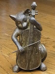 猫好きにはたまらないシリーズ♪可愛い猫がチェロを優雅に演奏しています。4タイプ集めるとプチ...