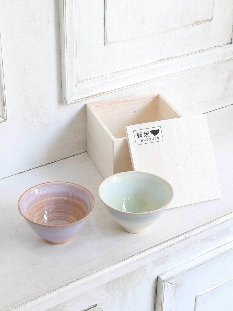 釉薬が美しいうつわで、心華やぐ食事のひと時をプレゼントしてはいかがでしょう。  こちらは、400年以上の歴史を誇る、山口県の萩焼によるお茶碗。ピンク、緑それぞれ、色の移り変わりを楽しめるようにグラデーションが施されています。