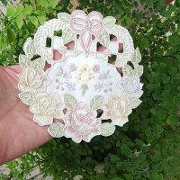 1枚入りリボンと薔薇のリース刺繍『コースター』小さなドイリーシュガーポットの足元や一凛差しの花瓶敷お洗濯簡単刺繍だから高級感あります