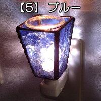 ガラスの色が綺麗なステンドグラスのアロマランプ。壁のコンセントに。