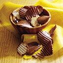商品名 【ロイズ(ROYCE')】ポテトチップチョコレート オリジナル 内容量 190g入り [箱の大きさ(縦×横×高さ)]9.5×14.5×11(cm) 原材料 ポテトチップス(ジャガイモ<遺伝子組換えでない>、植物油脂、食塩)、砂糖、ココアバター、カカオマス、全粉乳、乳化剤(大豆由来)、香料 アレルギー 乳 賞味期限 製造日から1ヶ月 保存方法 直射日光、高温多湿を避け、25℃以下で保存してください。 製造者 株式会社 ロイズコンフェクトRF1 札幌市北区あいの里4条9丁目1番1号 その他 ※メーカー袋をお付けしております。 ※本品は小麦を含む製品と共通の設備で製造しています。 ※当店はロイズの正規取扱店舗となります。 発送方法 冷蔵発送 よくある質問 > 商品の発送方法について 熨斗について 商品の送付先がご注文者様に限り、熨斗の同封対応となりますので予めご了承くださいませ。 よくある質問 > 熨斗(のし)を利用したい よくある質問 > 贈り物として、直接送ってほしい よくある質問 > ギフトとして直接発送してほしいが、金額などがわかるものは同封していますか? 送料無料について 商品代金15,000円(税込)以上のお買上げで1配送分のお荷物を送料無料でお届けします! 送料無料の対象は、1つの温度帯を1配送としたお荷物が適応されます。 送料無料の対象条件として、温度帯・お届け先・お届け日時が同じである場合のみ適応となります。 購入数によって、1梱包分での発送を行うことが出来ず複数になる場合もございますが、同じ温度帯であれば梱包数が増えても1配送分として送料無料でお送りいたします。 ※温度帯の違うお荷物が2つ以上となった場合、1つのお荷物が送料無料となり残りのお荷物は送料が発生いたします。 ※沖縄地域のみ送料無料対象外となります。 よくある質問 > 送料無料について教えてほしい よくある質問 > 商品同梱について 同梱について こちらの商品の同梱内容は以下の通りになります。(商品の発送形態は、上記に記載しております) 冷蔵便+冷蔵便=同梱可能 冷蔵便+常温便=同梱可能(※1) 冷蔵便+冷凍便=同梱不可 (※1) 「じゃがポックル」「いもまめ」「いも子とこぶ太郎」を同時購入の場合は[常温便]での別便発送、 または[冷蔵便]での同梱発送の選択ができます。 対象商品の冷蔵便発送により、商品パッケージの劣化の恐れがあります。 冷蔵便発送での品質には問題はありませんが、劣化をご心配されるお客様には常温便にて対応致します。 ※ご購入の際は、必ず発送方法をご選択ください。 [冷蔵便]との別便ご希望の場合、別途送料が発生致します。 ※代金引換をご希望の場合、分割発送の為それぞれの送料と代金引換手数料が発生致します。 [冷凍便]商品を同時購入した場合は、別便での発送となり別途送料が発生致します。 ※代金引換をご希望の場合、分割発送の為それぞれの送料と代金引換手数料が発生致します。 よくある質問 > 商品の発送方法について よくある質問 > 商品同梱について