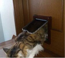 キャットフラップELB(茶)大猫子犬用、取付け易い両面取付。