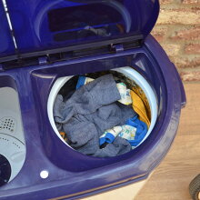 昔懐かし、二槽式洗濯機。洗浄・脱水ができるコンパクトな洗濯機