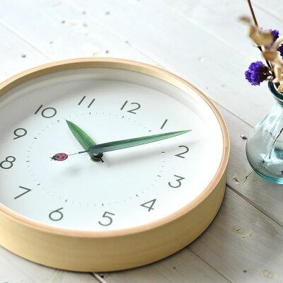 一時間に一回だけ、虫たちが葉っぱで一休み。のどかな時間が流れそうな「とまり木の時計」