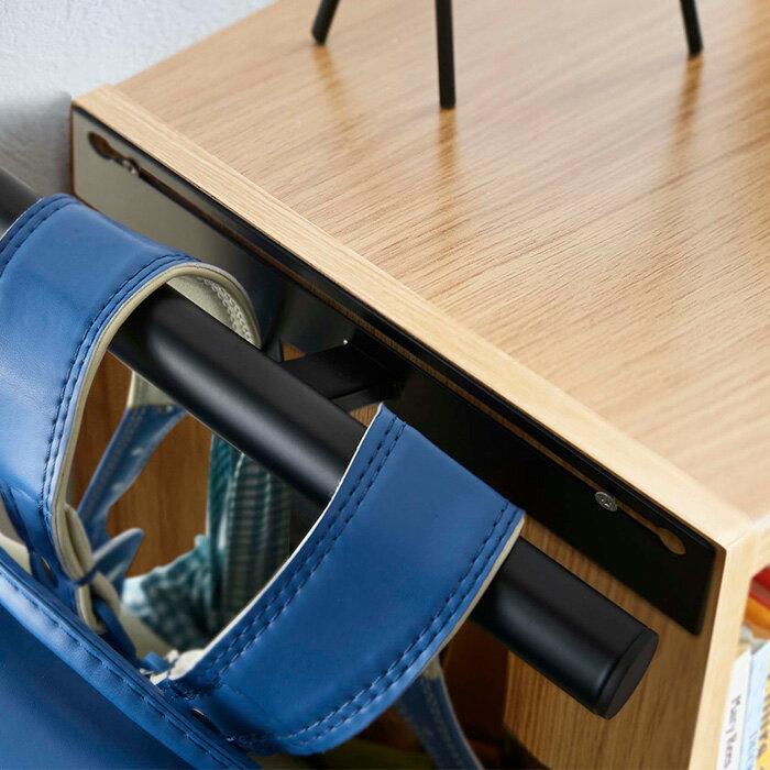 置き場所に困るランドセルやリュックを引っ掛けてすっきり収納できます。ポールの下にはフックが2つ付いているので、上履き入れや体操着入れなどの小物もまとめて収納可能。付属のネジを使えば、壁面にも設置することができます。