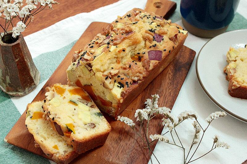 秋の味覚がゴロゴロ!ホットケーキミックスで作る「サツマイモとカボチャのパウンドケーキ」