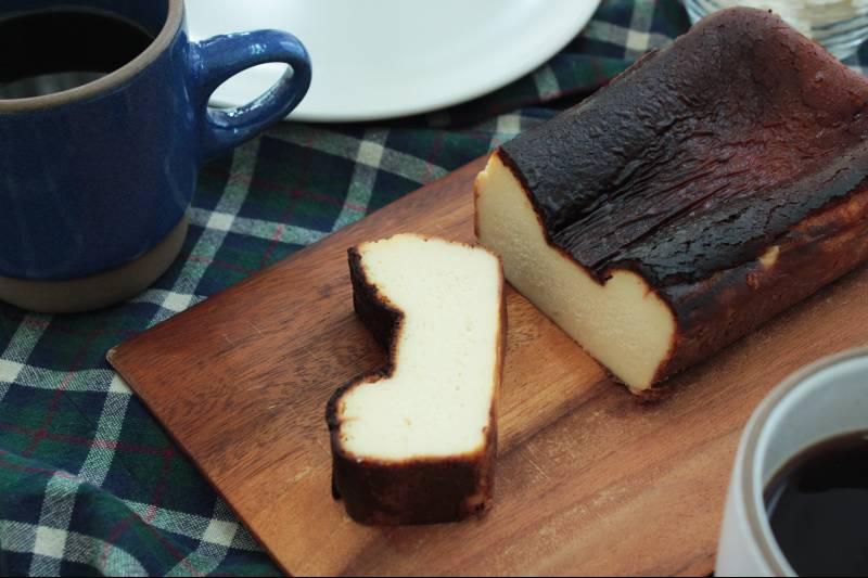 混ぜて焼くだけで本格的!「話題のバスクチーズケーキをおうちで作ろう。」