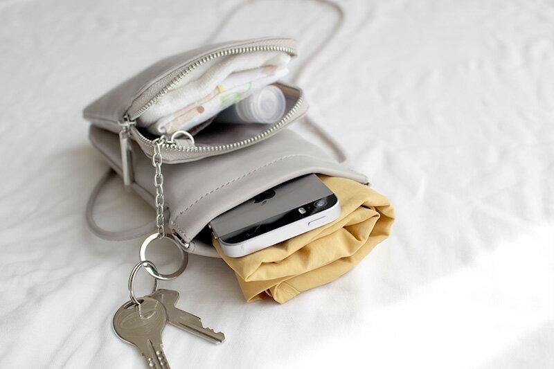 バッグは2個持ちが便利。荷物が多くても「スマホポシェット」でストレスフリー